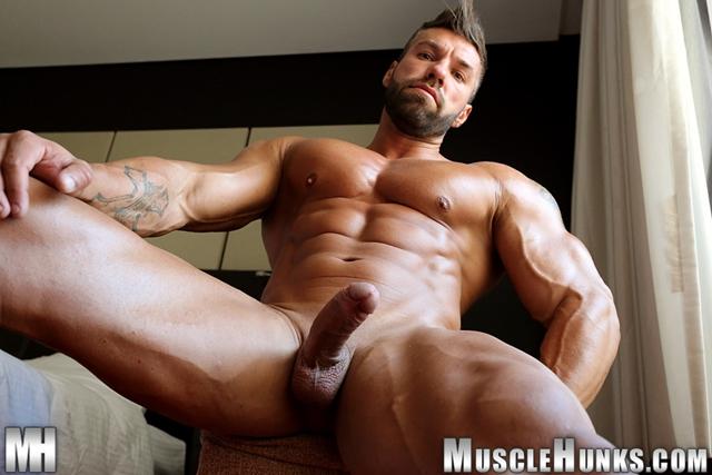 Muscly Studs Big Dick Gets Blowjob