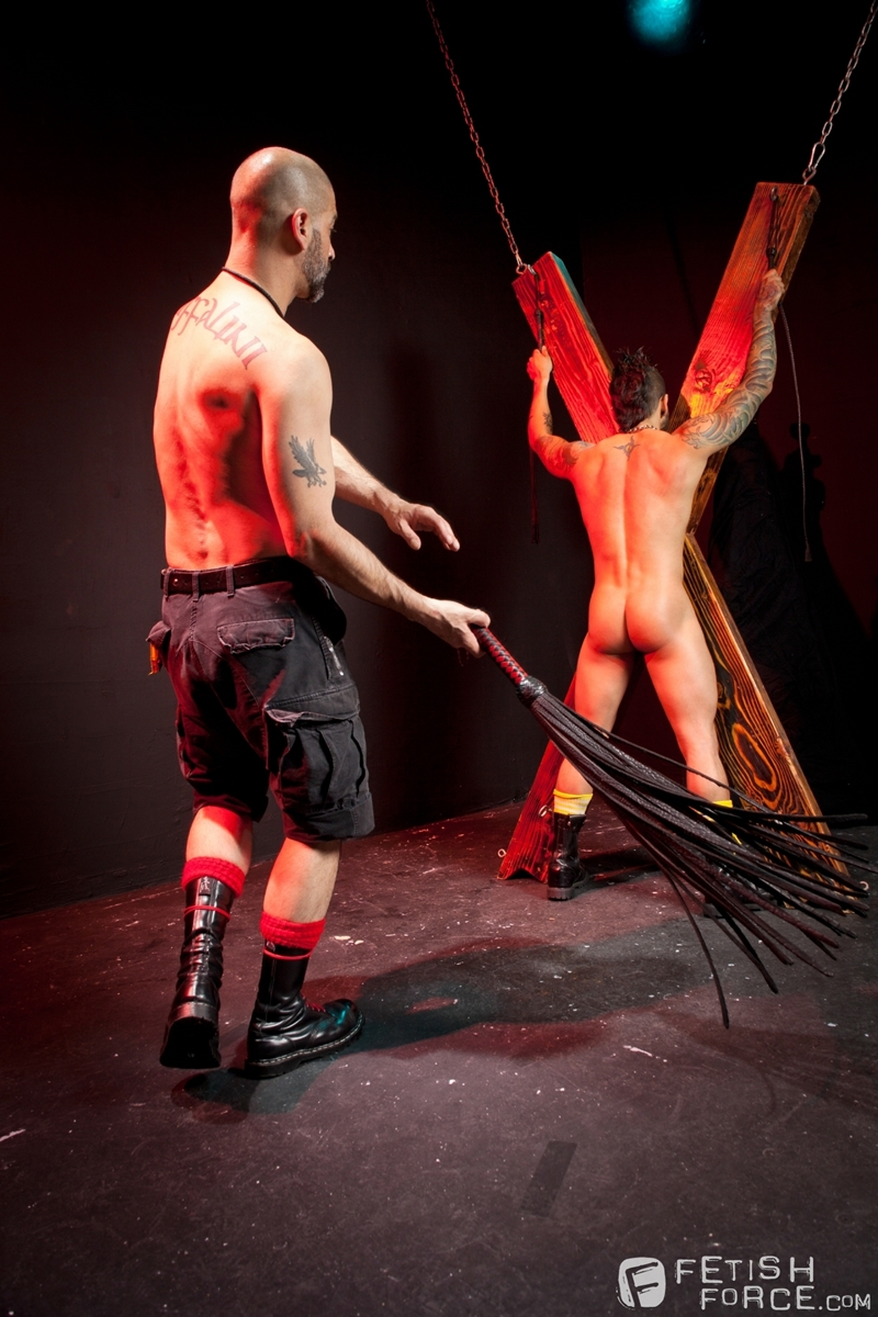 FistingCentral-Tony-Buff-dark-room-Draven-Torres-St-Andrews-cross-taskmaster-Mohawk-muscle-flogging-raised-welts-006-tube-download-torrent-gallery-sexpics-photo